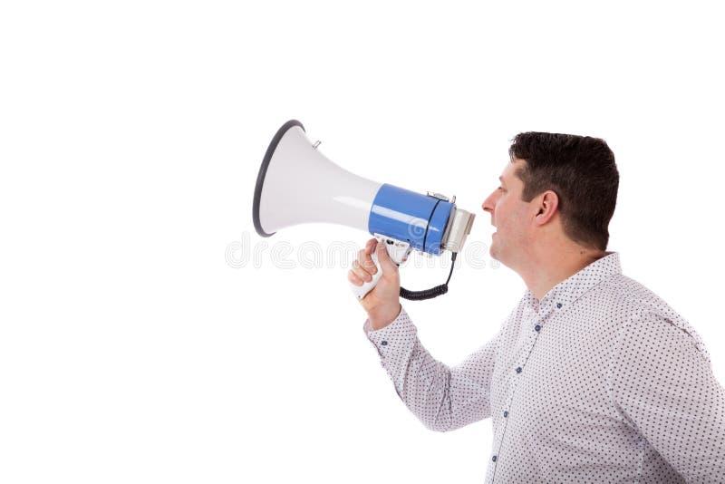 Hombre que grita con un megáfono Hombre que grita en un megáfono imagen de archivo