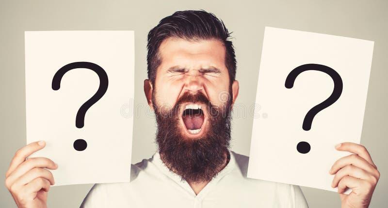 Hombre que grita, emoci?n Pregunta del hombre Var?n con el grito de la emoci?n, signos de interrogaci?n Hombre de griter?o Conseg imagenes de archivo