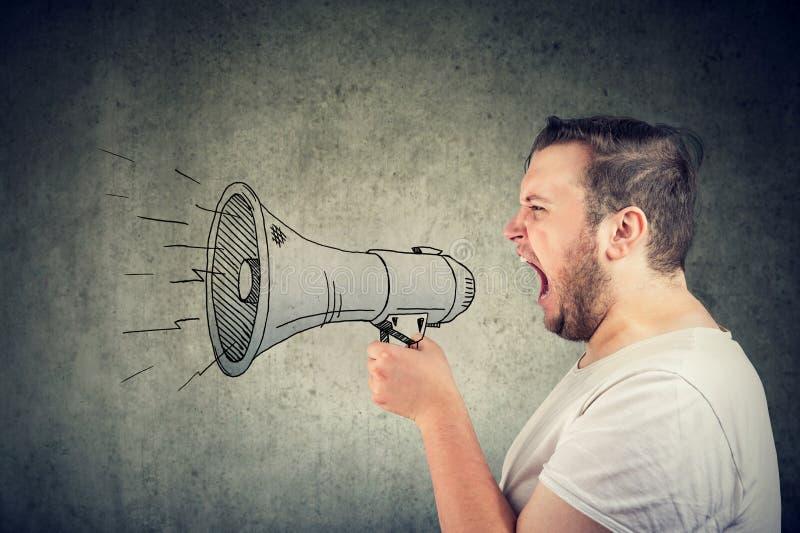 Hombre que grita en el altavoz que hace un aviso imagenes de archivo