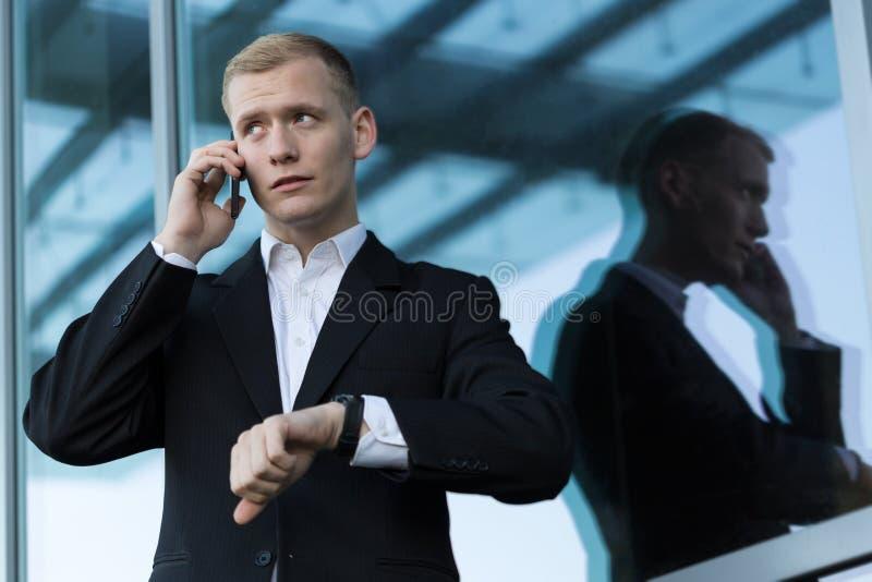 Hombre que habla en el teléfono antes de encontrar imágenes de archivo libres de regalías