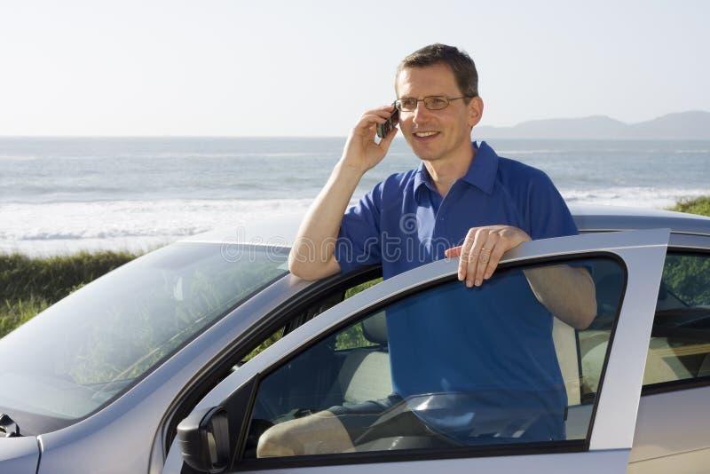 Hombre que habla en el teléfono celular fotografía de archivo