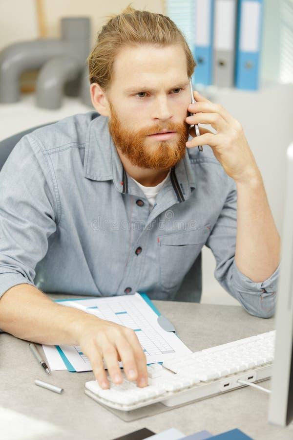 Hombre que habla en el tel?fono imagen de archivo libre de regalías