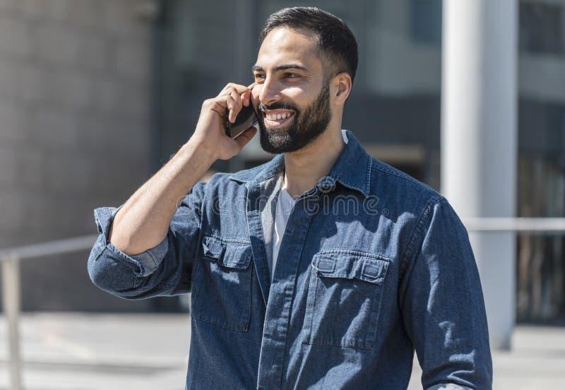 Hombre que habla en su tel?fono fotos de archivo