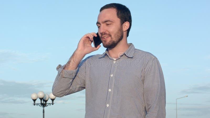 Hombre que habla en un teléfono celular imagen de archivo libre de regalías
