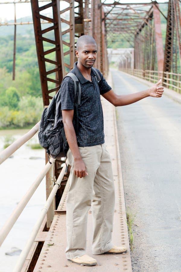 Hombre que hace autostop imagen de archivo