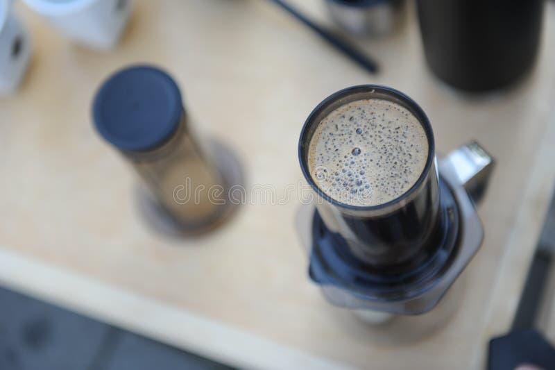 Hombre que hace el café en naturaleza fotografía de archivo
