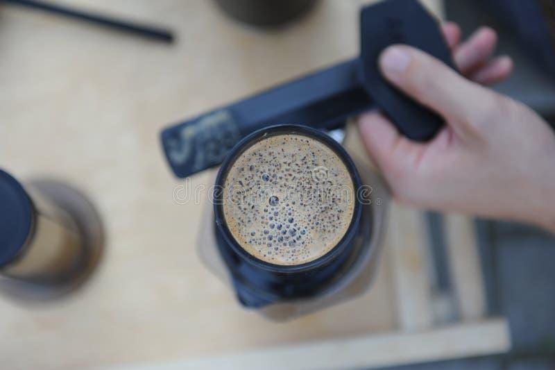 Hombre que hace el café en naturaleza fotos de archivo libres de regalías