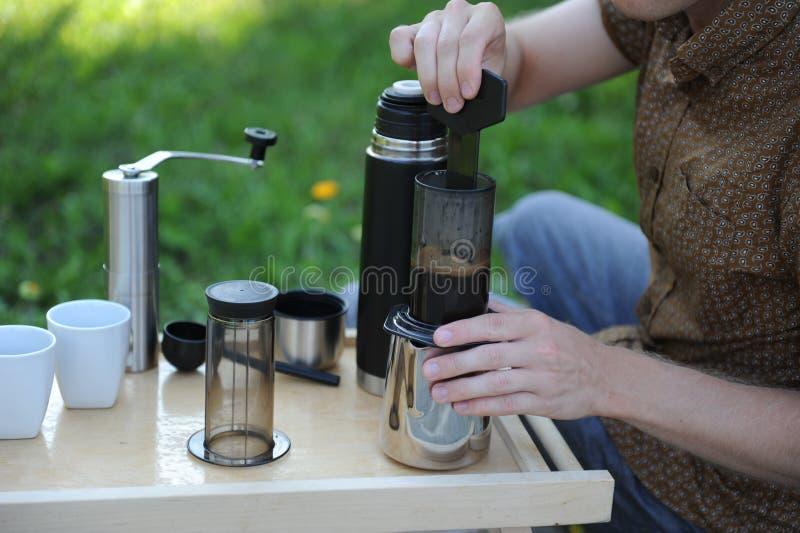 Hombre que hace el café en naturaleza imágenes de archivo libres de regalías
