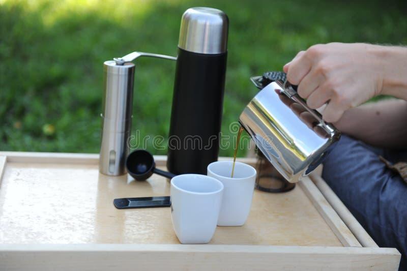 Hombre que hace el café en naturaleza imagen de archivo libre de regalías