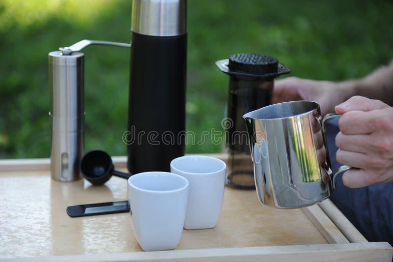 Hombre que hace el café en naturaleza foto de archivo libre de regalías