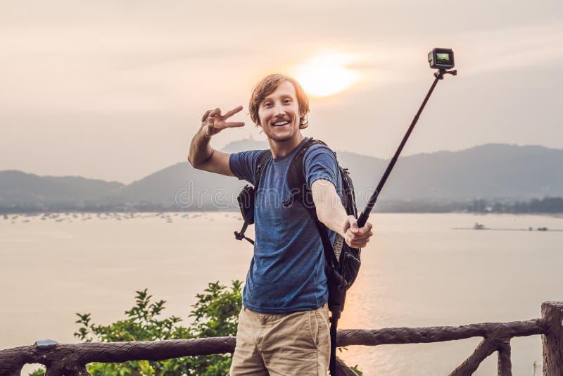 Hombre que hace el selfie en fondo de la puesta del sol imagenes de archivo