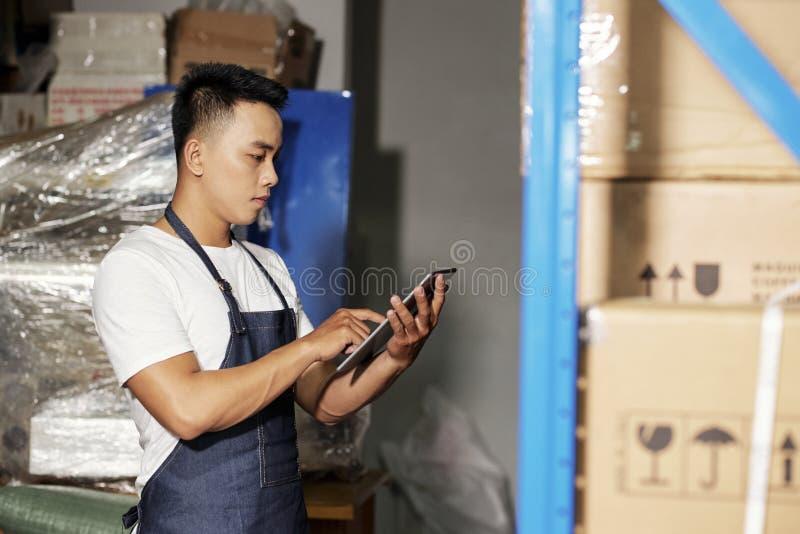 Hombre que hace entrega imagenes de archivo