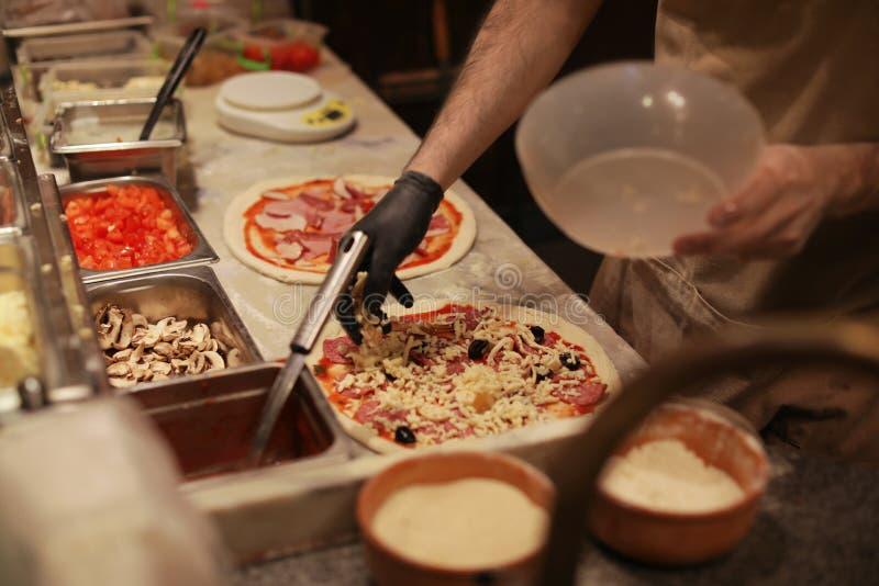 Hombre que hace las pizzas en la tabla, primer imagen de archivo
