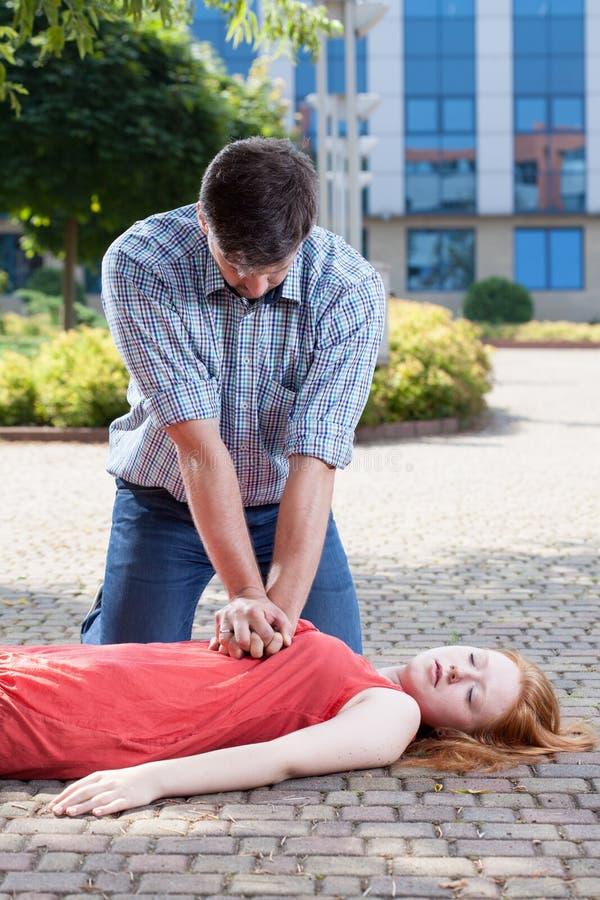 Hombre que hace masaje de corazón imagenes de archivo