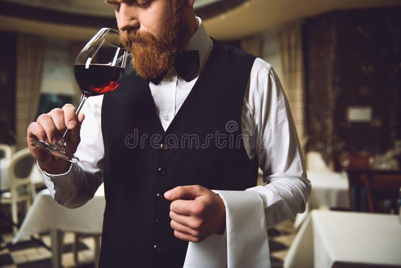 Hombre que inhala la raza de vino fotos de archivo libres de regalías