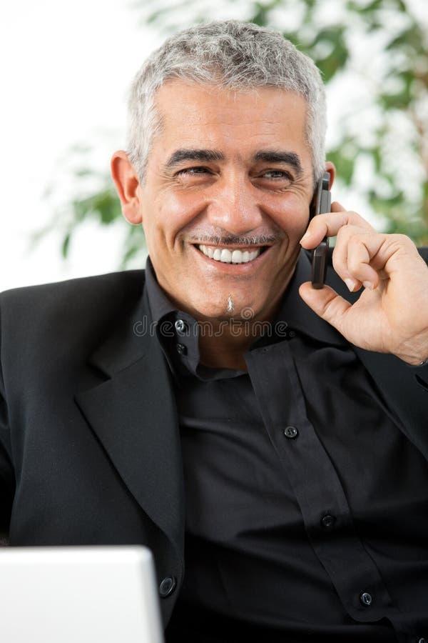 Hombre que invita al teléfono imágenes de archivo libres de regalías