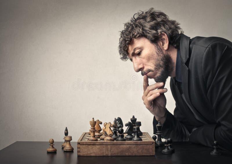 Hombre que juega a ajedrez imagenes de archivo