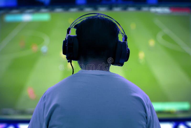 Hombre que juega al videojuego en la noche fotos de archivo