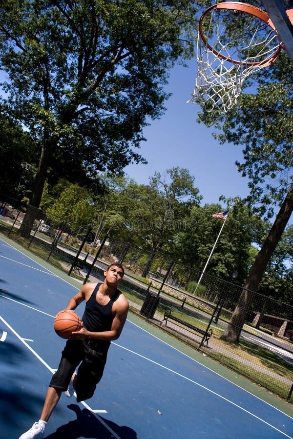 Hombre que juega a baloncesto fotos de archivo
