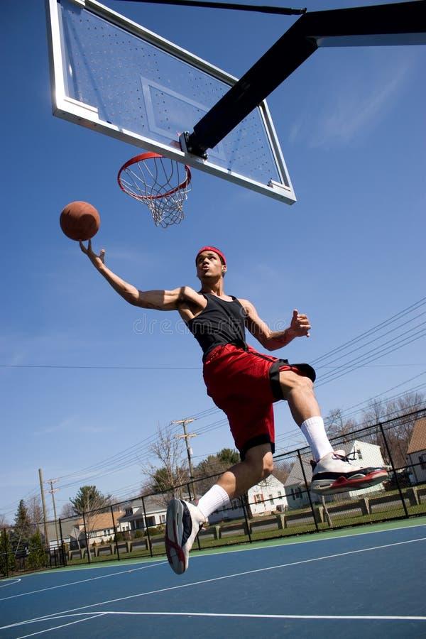 Hombre que juega a baloncesto imagen de archivo libre de regalías