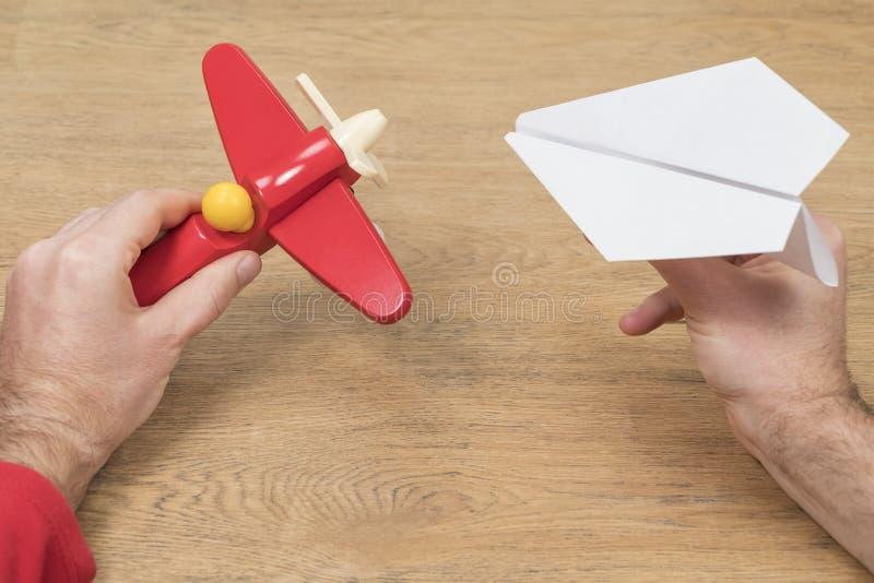 Hombre que juega con dos aviones fotografía de archivo