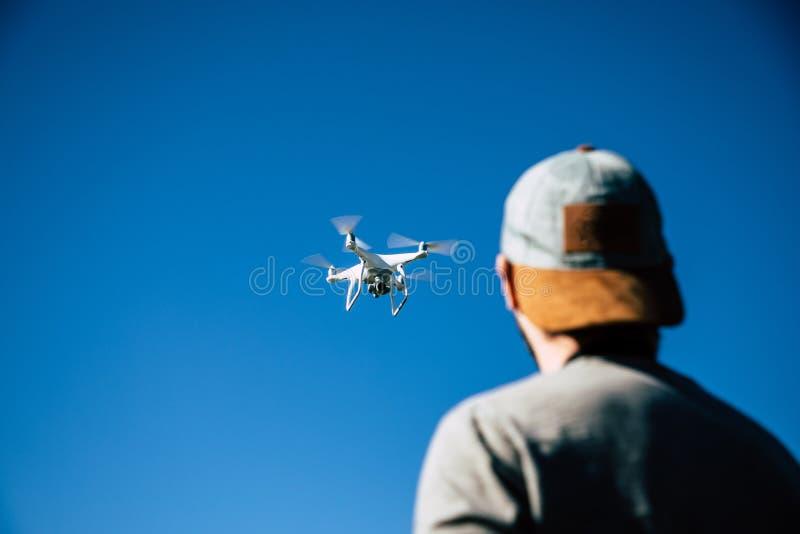 Hombre que juega con el abejón en el campo abierto foto de archivo libre de regalías