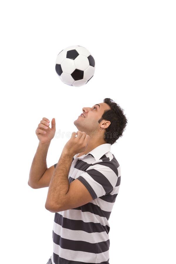Hombre que juega con el balón de fútbol imagen de archivo