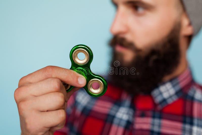 Hombre que juega con el hilandero de la persona agitada imágenes de archivo libres de regalías