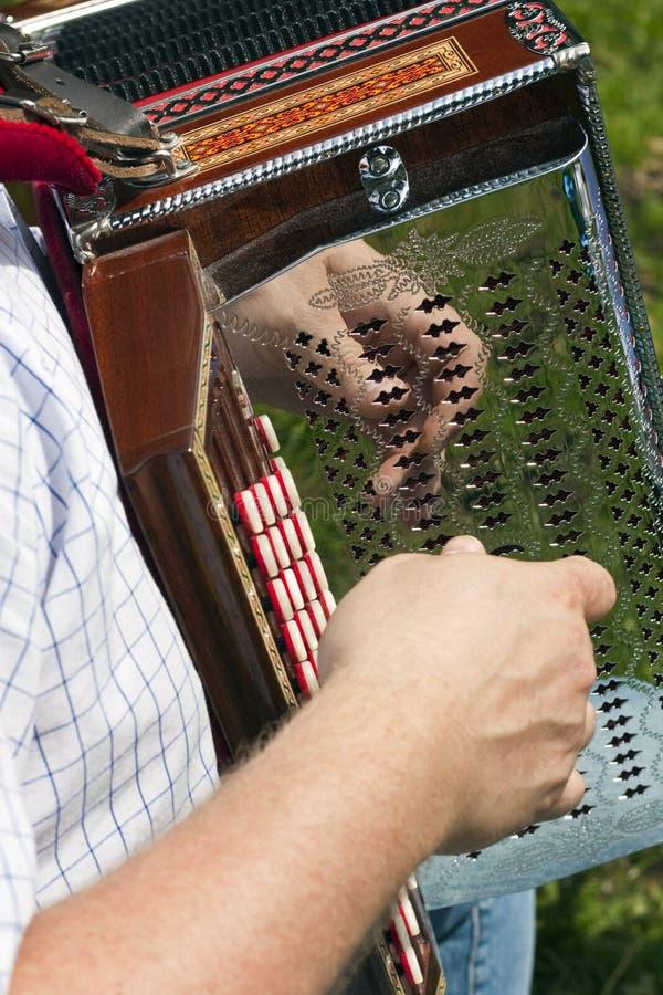 Hombre que juega el acordión foto de archivo