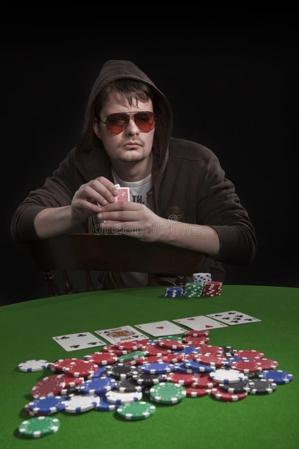 Hombre que juega el póker imágenes de archivo libres de regalías