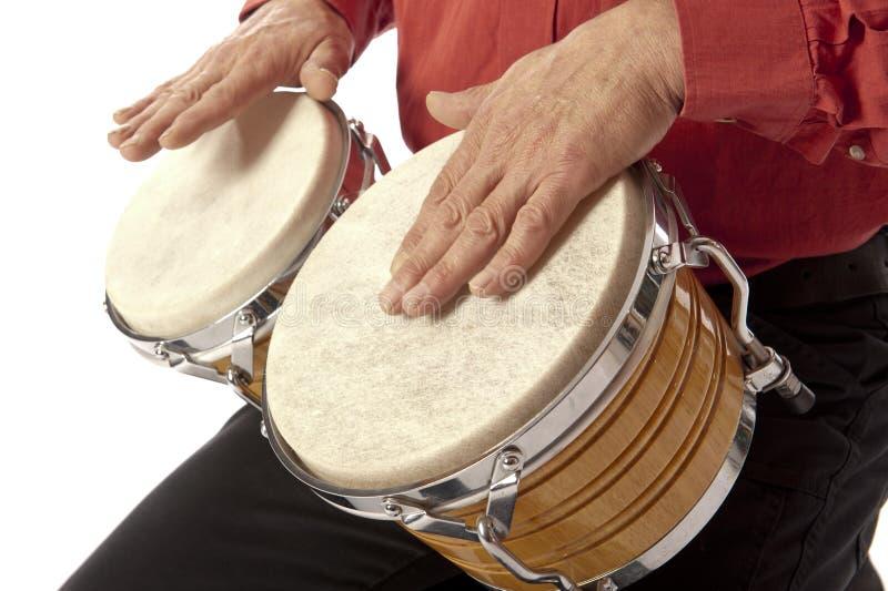 Hombre que juega el sistema del bongo en su revestimiento imagen de archivo libre de regalías