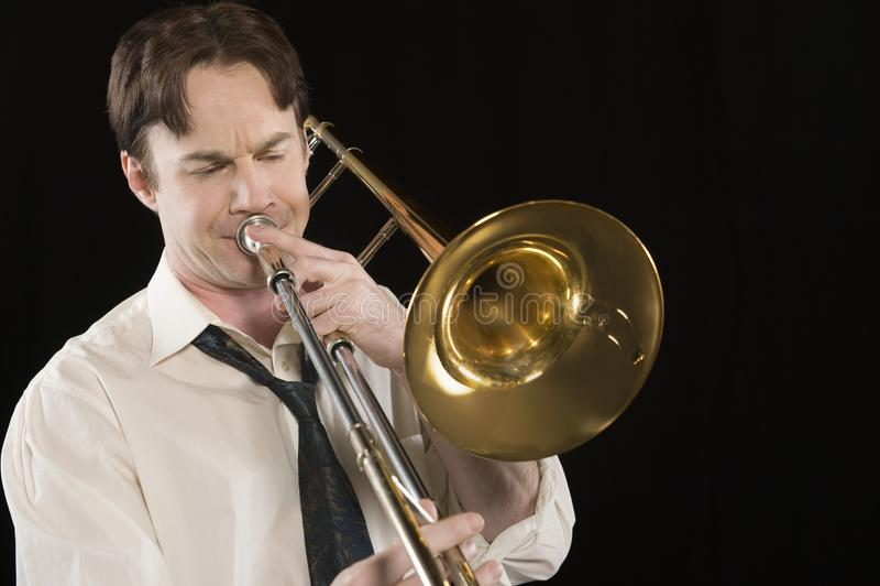 Hombre que juega el trombón foto de archivo libre de regalías