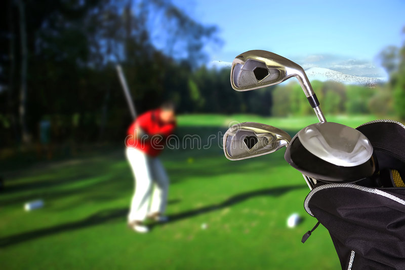 Hombre que juega a golf imagen de archivo