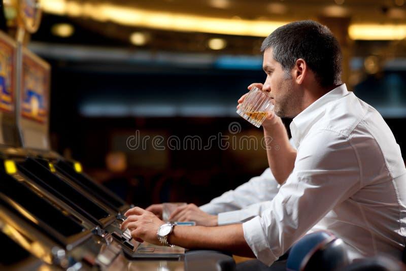 Hombre que juega la máquina tragaperras fotos de archivo libres de regalías