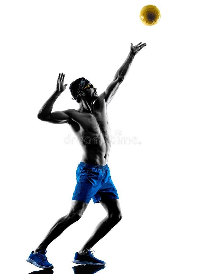 Hombre que juega la silueta del voleo de la playa imagen de archivo