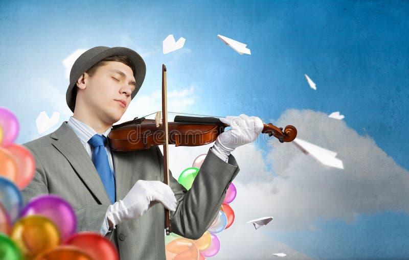 Hombre que juega melodía del día de fiesta fotografía de archivo libre de regalías