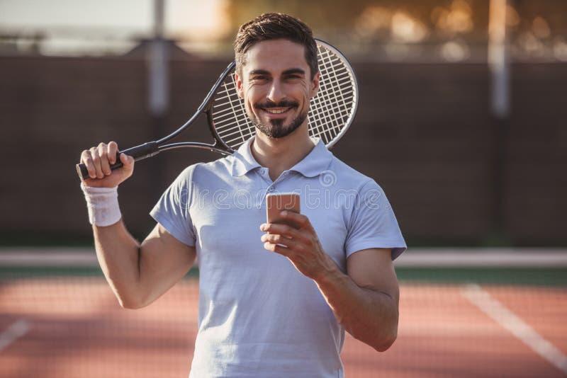 Hombre que juega a tenis foto de archivo