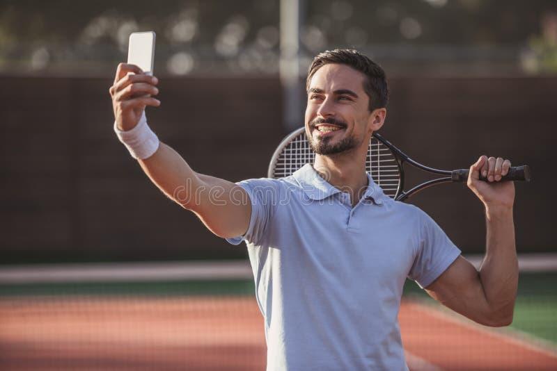 Hombre que juega a tenis imagenes de archivo