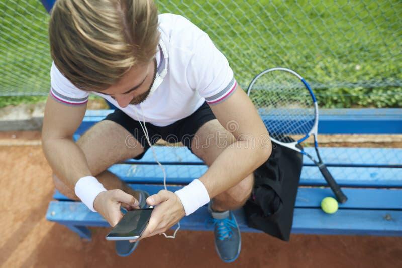 Hombre que juega a tenis fotos de archivo libres de regalías