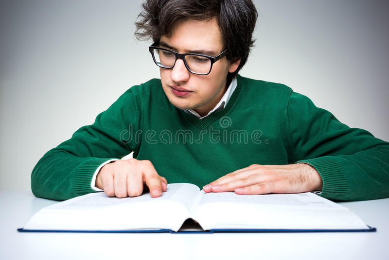 Hombre que lee el libro grande imágenes de archivo libres de regalías