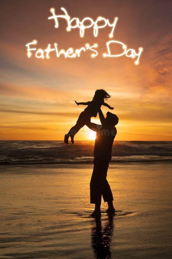 Hombre que levanta a su hija en la costa imagen de archivo libre de regalías