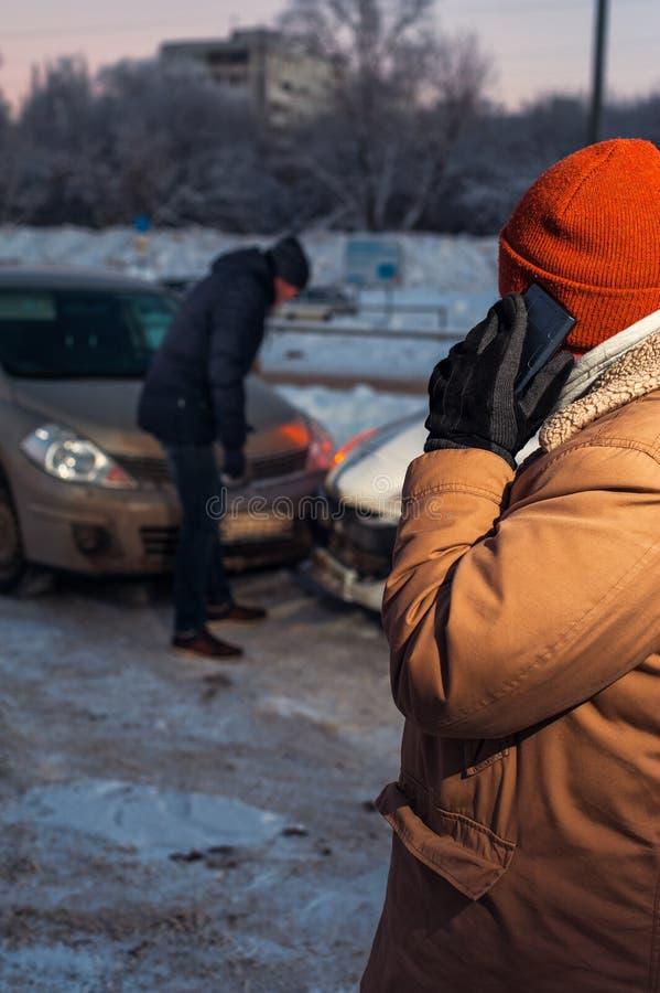 Hombre que llama a la ayuda del coche después de desplome imagenes de archivo