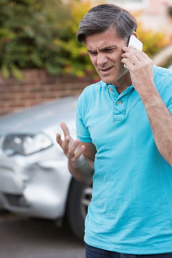 Hombre que llama para divulgar accidente de tráfico imagenes de archivo