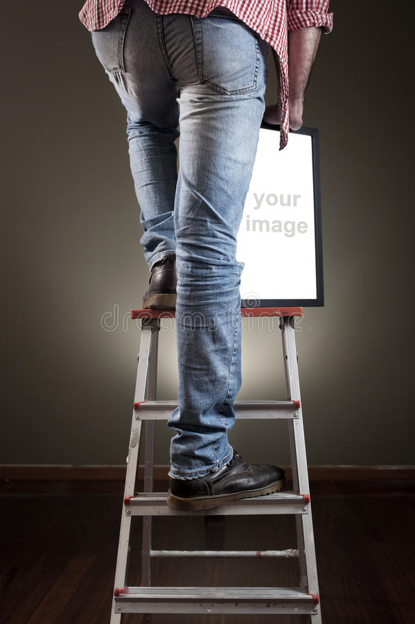 Hombre que lleva a cabo el marco fotografía de archivo