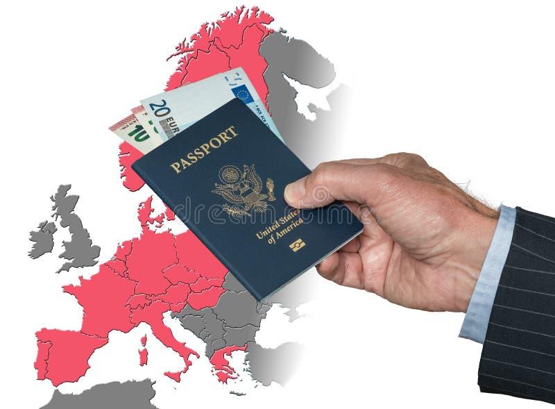 Hombre que lleva a cabo el pasaporte y euros de los E.E.U.U. en el mapa de la zona de Schengen fotografía de archivo