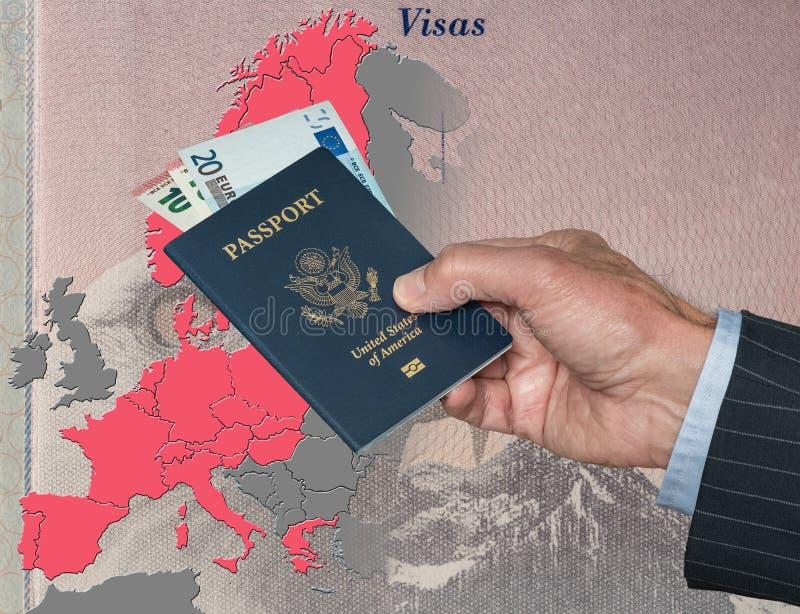 Hombre que lleva a cabo el pasaporte y euros de los E.E.U.U. en el mapa de la zona de Schengen imagenes de archivo