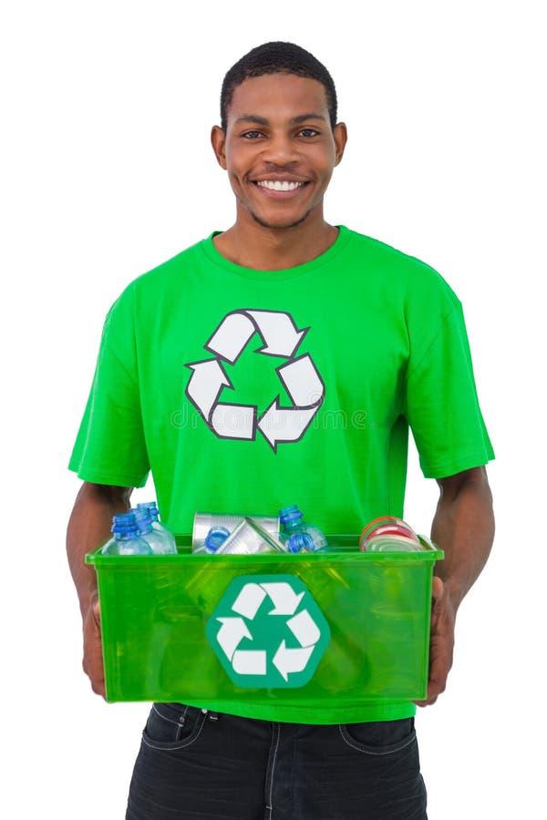 Hombre que lleva a cabo la caja de recyclables fotografía de archivo libre de regalías