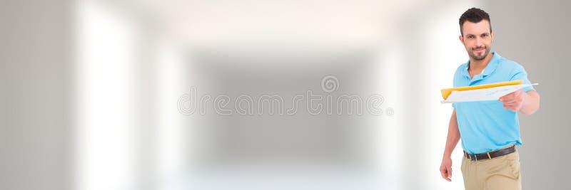 Hombre que lleva a cabo la forma delante del fondo borroso imágenes de archivo libres de regalías