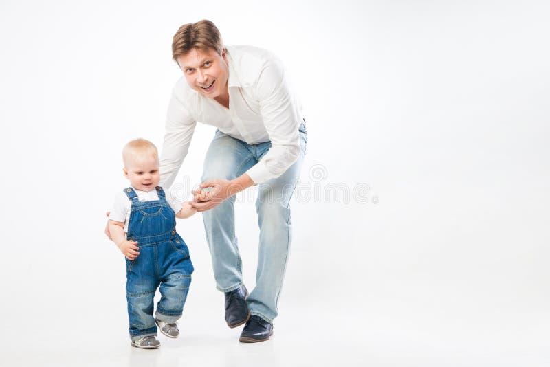 Hombre que lleva a cabo la mano del ` s del niño foto de archivo