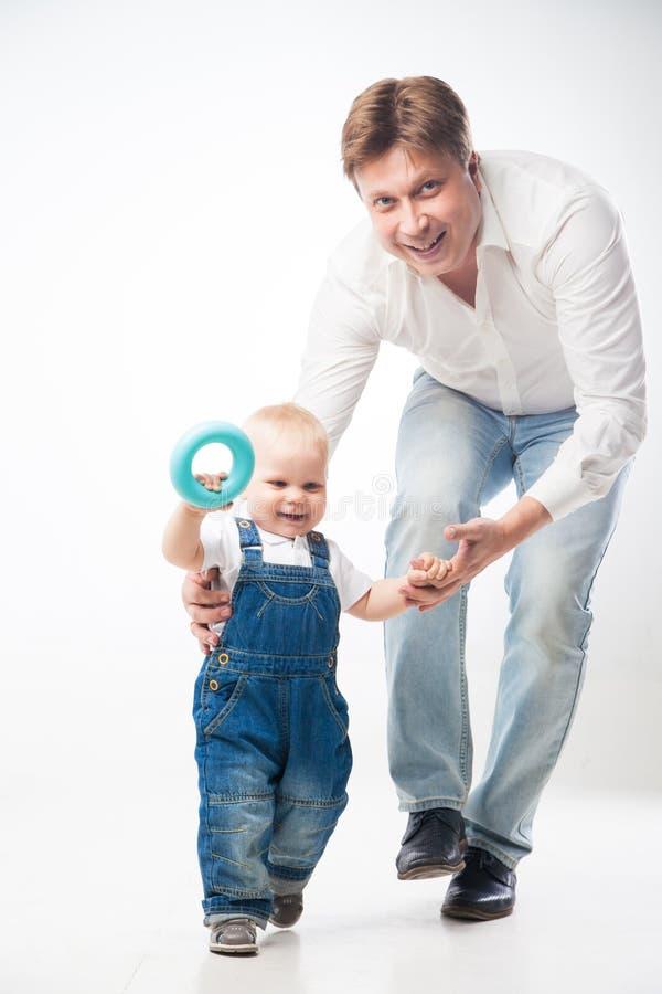 Hombre que lleva a cabo la mano del ` s del niño imagen de archivo libre de regalías